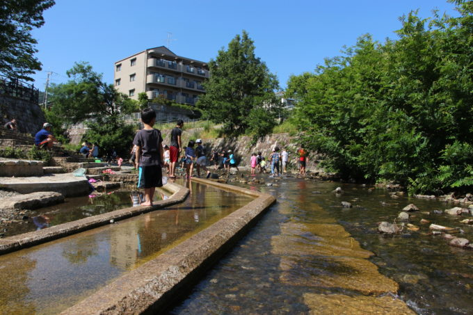 川遊びが出来る公園。箕面西公園(箕面川親水公園)|箕面mikke